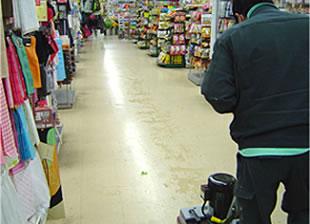 粉塵が舞わない程度の水を塗布し、歩行スピードにてスクラブします。
